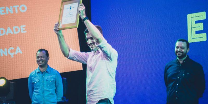 """Erike Almeida, CEO da TecnoSpeed, foi eleito o """"CEO Mais Incrível do Brasil"""" em prêmio concedido pela FIA/UOL em dezembro. Divulgação"""